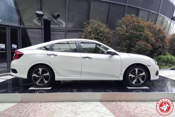 本田思域10代,略带掀背的设计将该车的运动感塑造得非常强烈